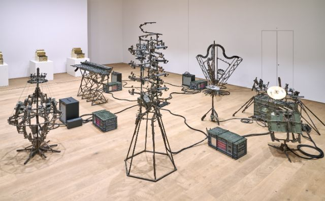 Pedro Reyes, Disarm (Mechanized) II, 2014, Installationsansicht Museum Tinguely